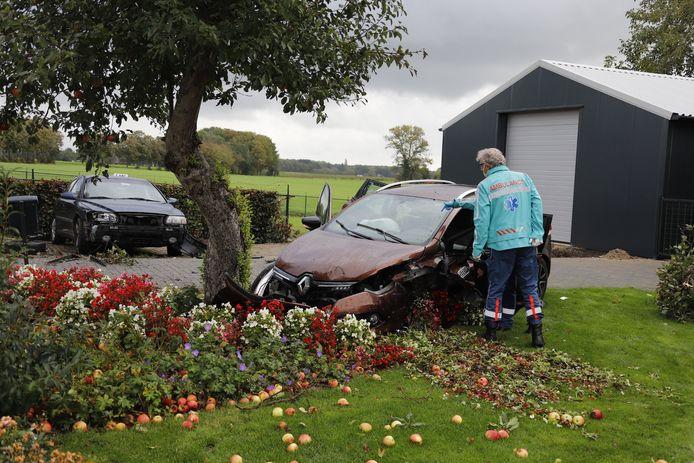 Twee auto's zijn bij een ongeluk in op de N291 Ven-Zelderheide in een voortuin beland. Een van de voertuigen ramde daar een appelboom die zijn fruit verloor.