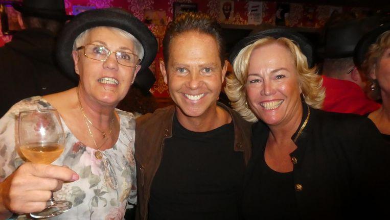 Zanger Danny de Munck met fans Loes Boeree en Angela de Beurs: