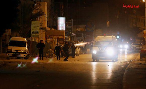 De politie vuurt traangas af om het protest te breken in Tunis.