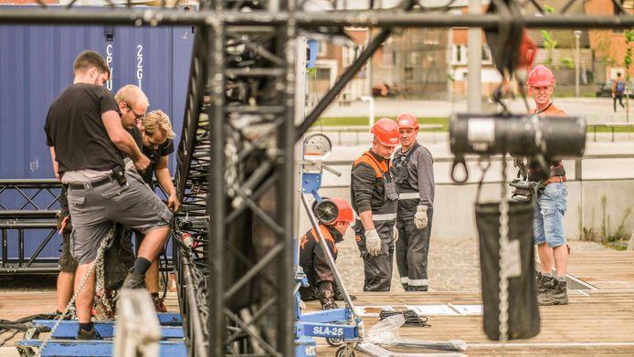 De opbouw van het eerste coronaproof evenementenplein van ons land is gestart, op het Nelson Mandelaplein in Kortrijk.