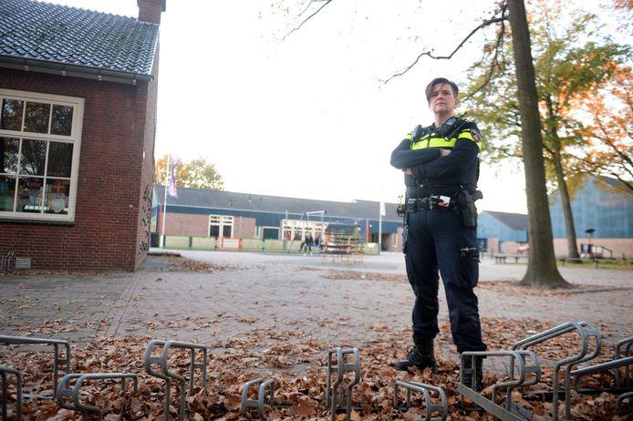 Wijkagent Nathalie Hofstee op schoolplein.