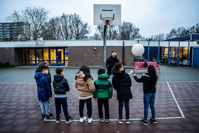 Deze leerlingen van Het Mozaïek in Arnhem beginnen hun schooldag met een sportactiviteit op het schoolplein.