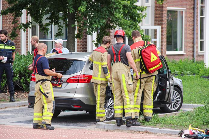 De brandweer bevrijdde het meisje uit de auto in Eibergen nadat de deur in het slot viel.