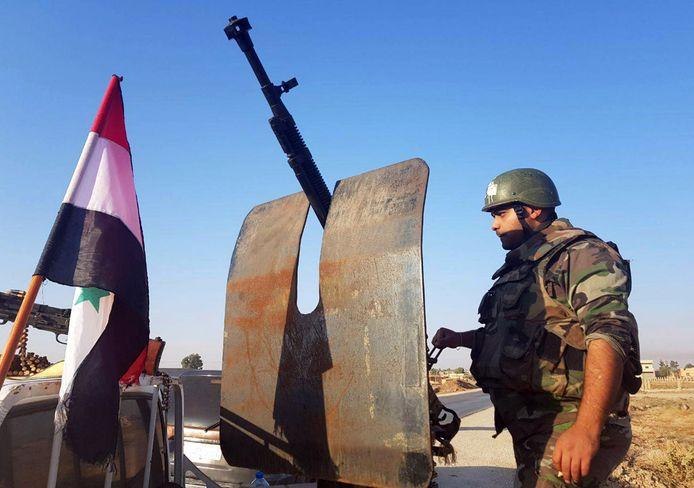 Syrische soldaten arriveren in de stad Tal Tamr.