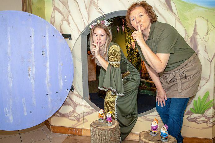 Marlène Meijer (r) met fee Axell Matom in de nieuwe schatkamer van De Hooiberg in Bladel.