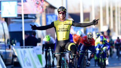 Oppermachtige Dylan Groenewegen sprint met sprekend gemak naar bloemen in Kuurne-Brussel-Kuurne