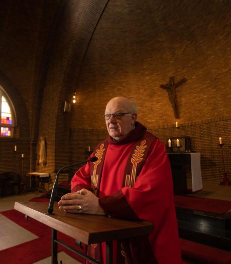 Doordeweeks is Theo toezichthouder, in het weekend werkt hij als pastoor