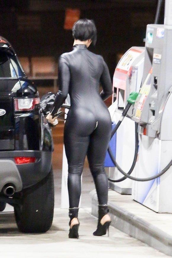 Zahra Elise aan het tankstation.