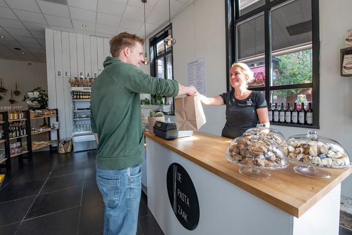 """Nathalie Dirksen, bedrijfsleider van de Pastazaak in Apeldoorn. ,,We zijn er groot voorstander van om verspilling tegen te gaan."""""""