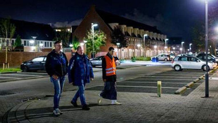 V.l.n.r. burgerwachten lopen hun ronde door de wijk in Maassluis. Beeld null