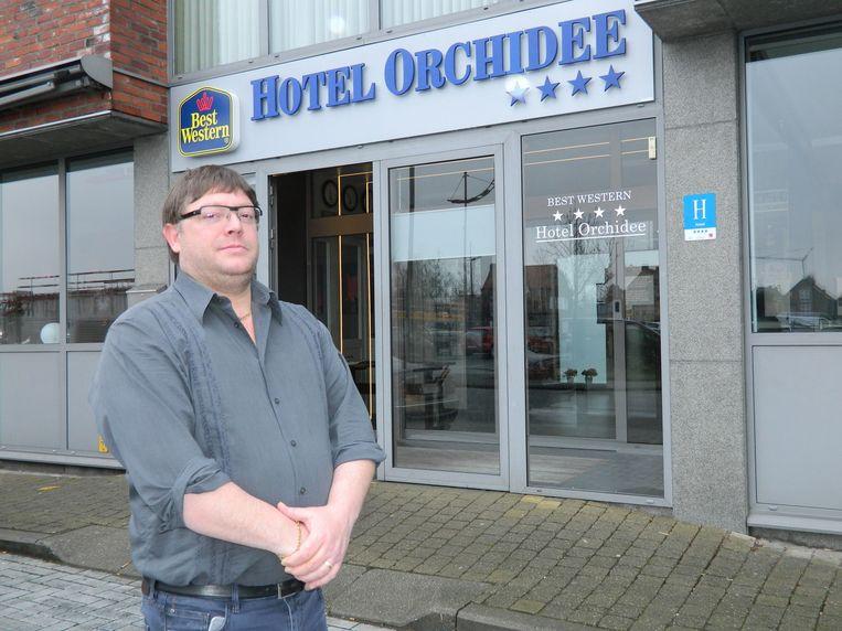 Piet Van der Eecken voor zijn hotel Orchidee.