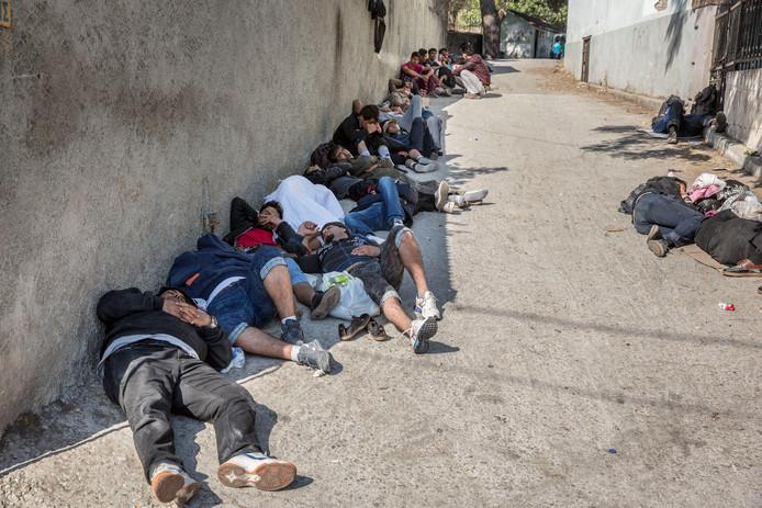 Vluchtelingen op straat in Lesbos
