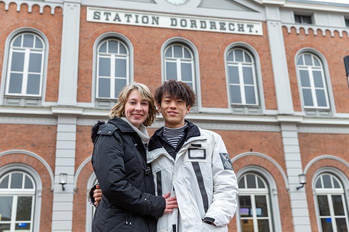 Lisanne met haar vriend Fei voor het station in Dordrecht, waar zij werkt.