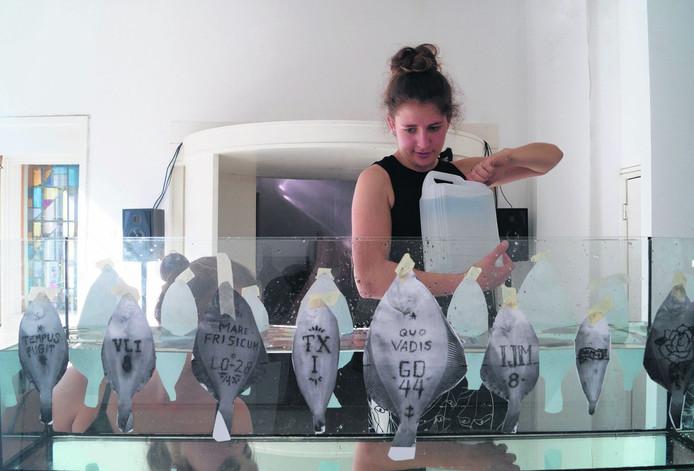 Arjanne Bode bij haar project 'Als een vis op het droge'.