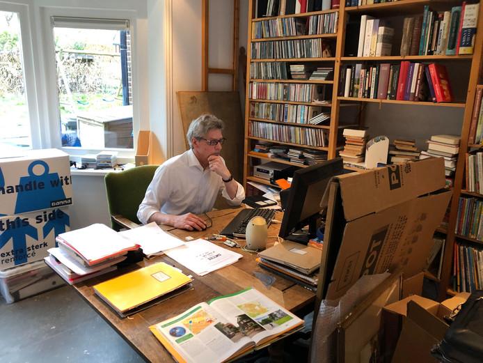 Burgemeester Lucas Bolsius van Amersfoort in de werkkamer van zijn nieuwe huis