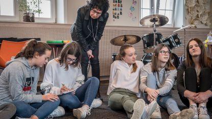 Leerlingen VISO en Christa Vansteenkiste rappen tegen pesten