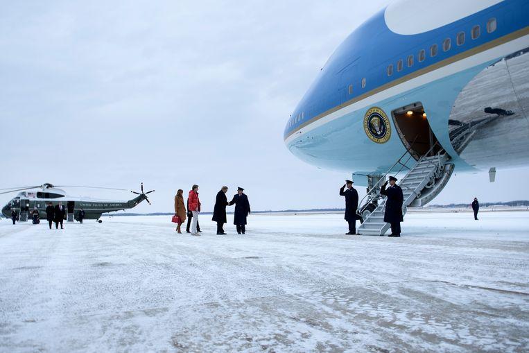 President Trump, Melania en hun zoon Barron lopen op de luchtmachtbasis Andrews naar Air Force One. Een maand voor zijn inauguratie keerde Trump zich tegen de forse kosten van de vervanging van de huidige vliegtuigen. Beeld AFP