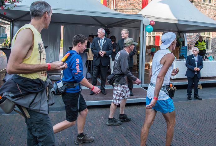 Burgemeester Peter de Koning verwelkomde deze zomer nog wel de wandelaars van de Vierdaagse. Rechts wethouder Peter Lucassen.