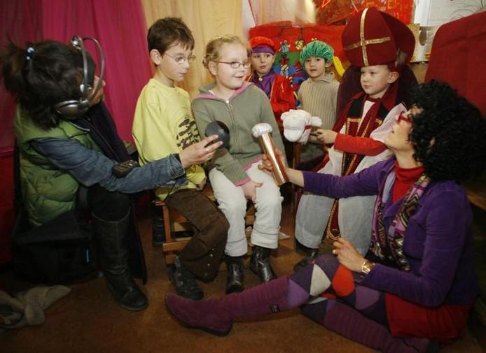 Leerlingen overleggen met het televisieteam van het Sinterklaasjournaal hoe ze de zoekgeraakte gedichten kunnen terugkrijgen. foto Irene Wouters