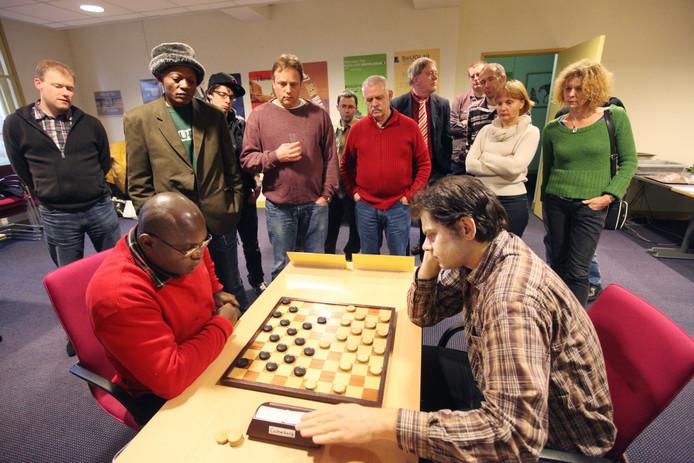 Kees Thijssen en Jean-Marc Ndjofang op archiefbeeld. De Denk en Zet-spelers wonnen met 11-9 van Dammend Tilburg.