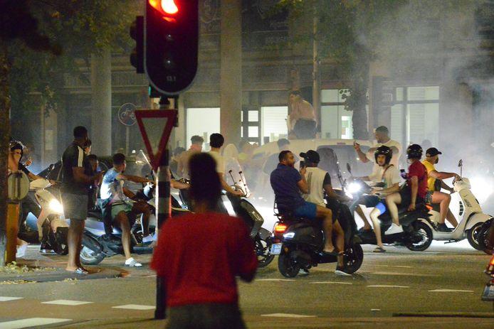 Rellen in de Haagse Schilderswijk vorige maand: jongeren rijden massaal op scooters.