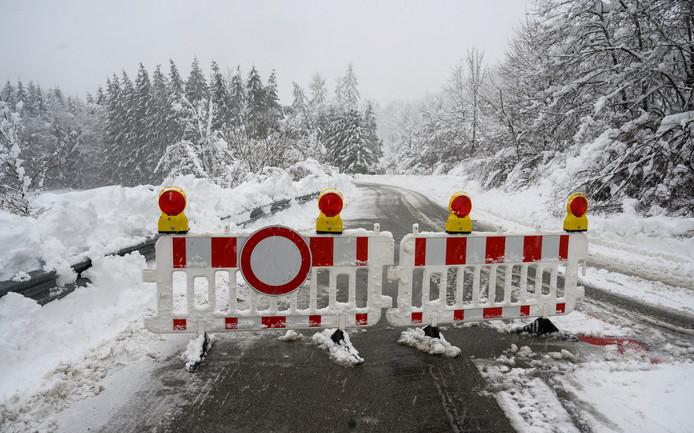 Een wegens de sneeuw afgesloten weg in Leithen, vlakbij Holzkirchen in de Duitse Alpen