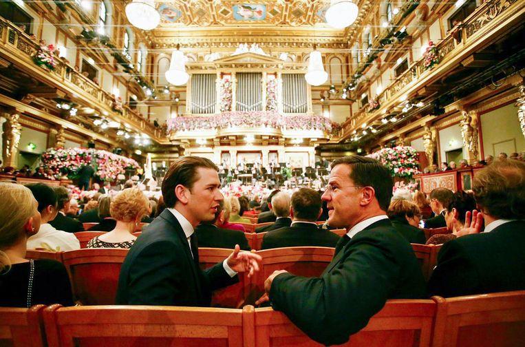 Een onderonsje tussen premier Mark Rutte  en de de Oostenrijkse bondskanselier Sebastian Kurz voor aanvang van het beroemde Nieuwjaarsconcert van het Wiener Philharmoniker in Wenen, 1 januari 2018.  Beeld Twitter