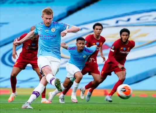 De Bruyne schiet vanaf elf meter de 1-0 binnen namens Manchester City.
