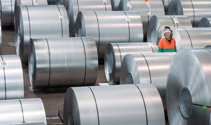 Foto ter illustratie. Rollen staal worden van een laag zink voorzien bij staalbedrijf Tata Steel.