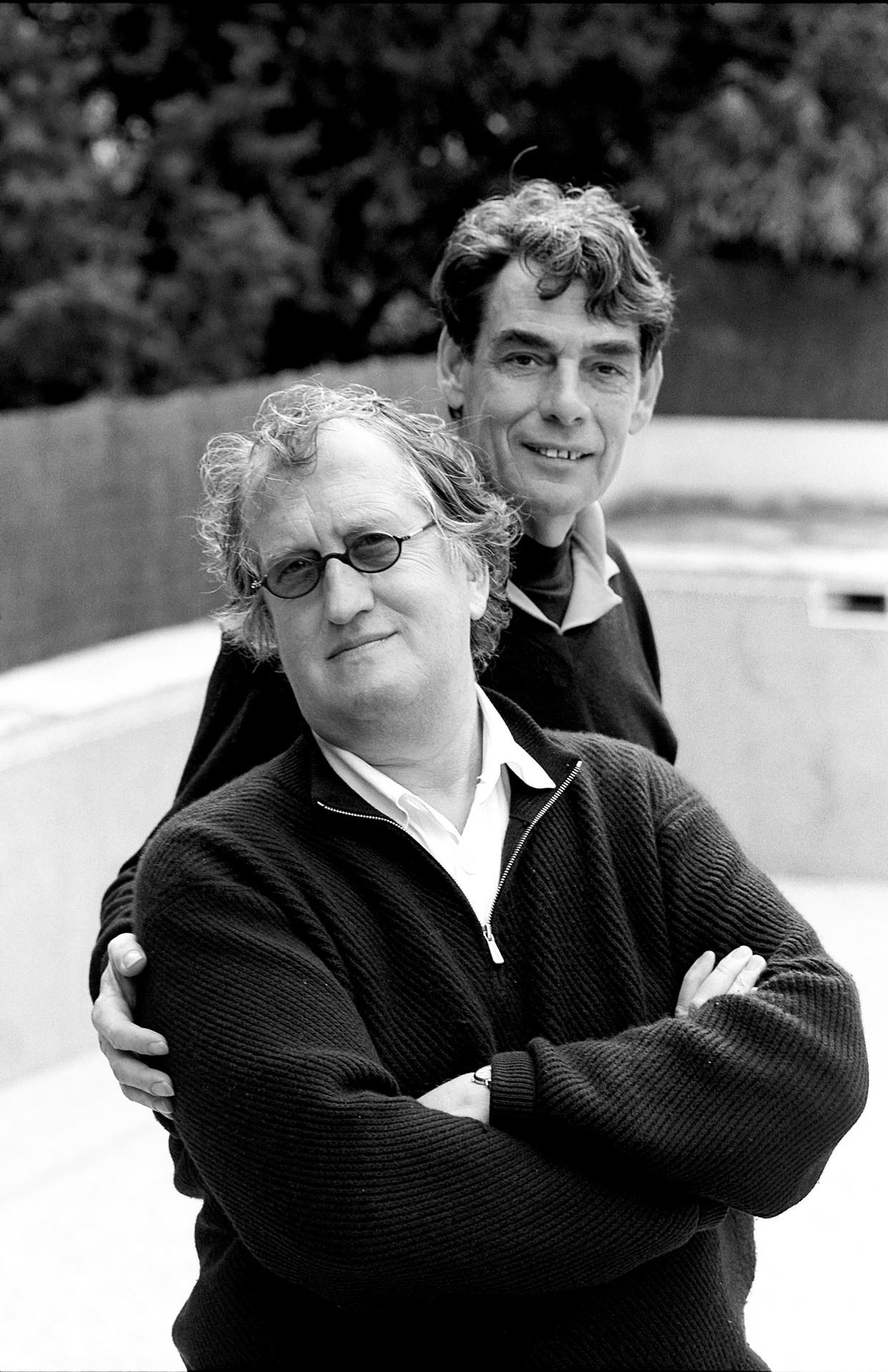 Gerrit Komrij (voor) met Charles Hofman (achter) gefotografeerd bij hun huis in Portugal in 2004.