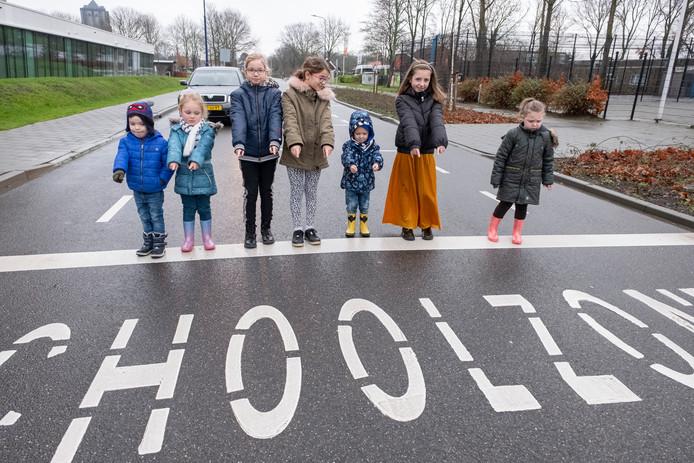 Leerlingen van groep 1, 6 en 7 op de weg langs basisschool 't Kofschip en (aan de overkant) zorgcentrum Borrendamme in Zierikzee.