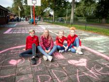 Scholieren in Wierden vieren tóch nog 75 jaar vrijheid...met stoepkrijt