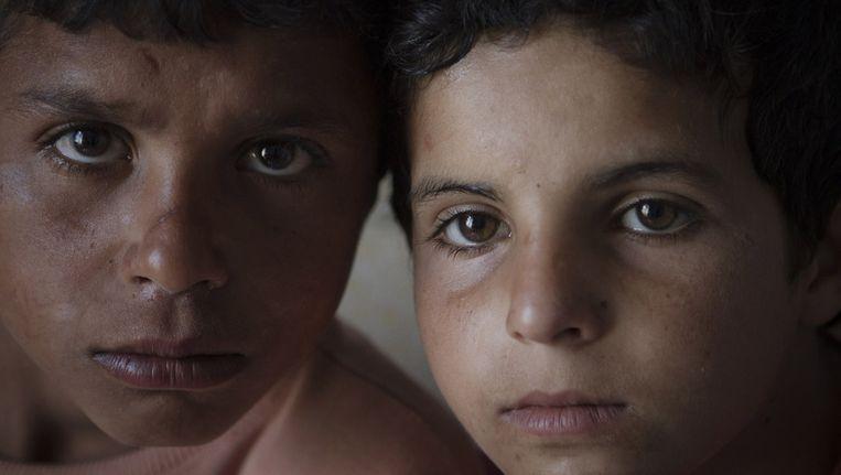 De Syrische Yusuf (L) en Mehmet (R) zijn alletwee 12 jaar en met hun vader gevlucht naar Turkije. Beeld ap