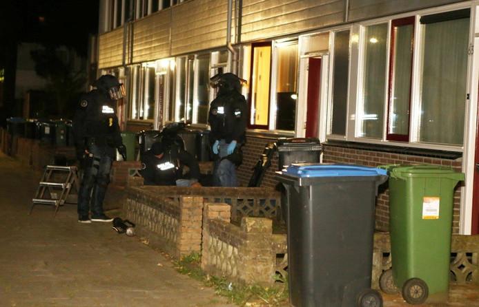 Het arrestatieteam van de politie kwam ter plaatse en nam enkele mensen mee.