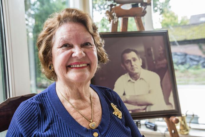 Dochter Henny de Leeuwe bij een portret van haar vader Addy Kleijngeld.