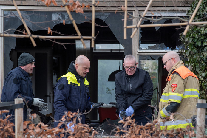 Forensische politie bezig met onderzoek bij woning Burgemeester Van Altenastraat in Tiel na de aanslag met een brandbom.