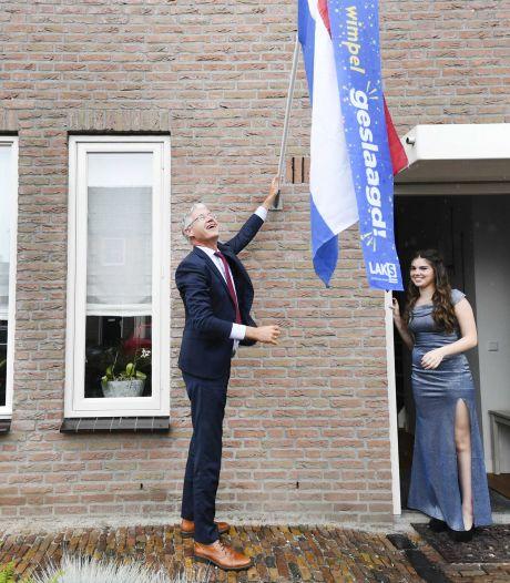 Niet met klamme handen bij de telefoon, wel bloemen van de minister op 'nationale slaagdag'