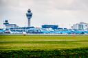 Luchthaven Schiphol zit dicht tegen het maximaal toegestane aantal van 500.000 vliegbewegingen en wil verder groeien.