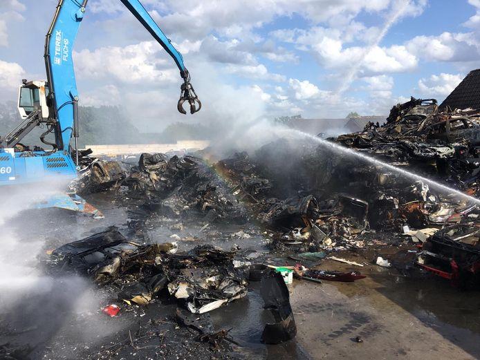 In De Lutte is zaterdagmiddag een grote brand ontstaan bij Auto Wessel.