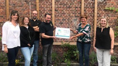 Quizgroep geeft cheque van 900 euro aan goede doel