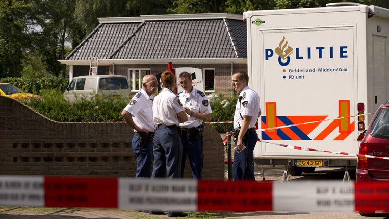 Politieagenten overleggen op het plaats delict in Voorthuizen. Beeld null