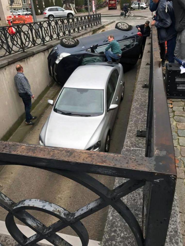 De bejaarde bestuurder vergiste zich waarschijnlijk van pedaal en gaf gas in plaats van te remmen. Hij reed met zijn auto tegen de verhoogde rand en kantelde om.