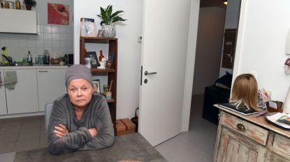 """Zwaar zieke oud-cafébazin Christa (63) niet te spreken over hulp sociale huisvestingsmaatschappij Dijledal: """"Ik kan hier al een jaar mijn raam niet openzetten door vieze stofwolk van werken aan de Hoorn"""""""