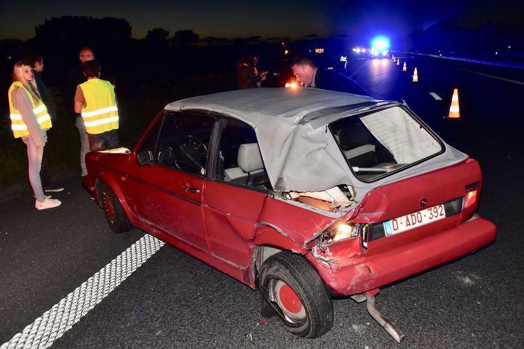 Bij de dubbele kop-staart botsing liep een oldtimer Volkswagen Golf zware schade op.