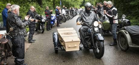 Motorvrienden brengen laatste groet aan Piet (82) in Almelo: door erehaag op de zijspan van een Harley