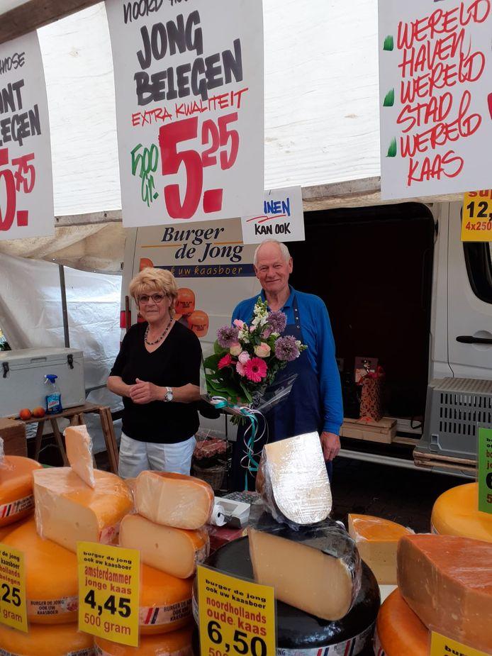 Kaasboer Maarten de Jong staat voor de laatste keer op de markt in Het Lage Land. Hij gaat met pensioen.