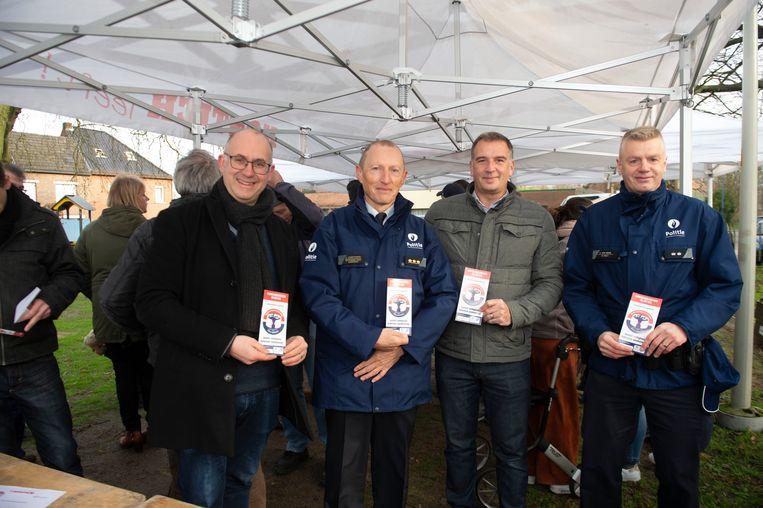 Van links naar rechts: burgemeester Bart Seldeslachts, korpschef Ivo Vereycken, initiatiefnemer Luk Reypens, en postoverste Steve Van Herck