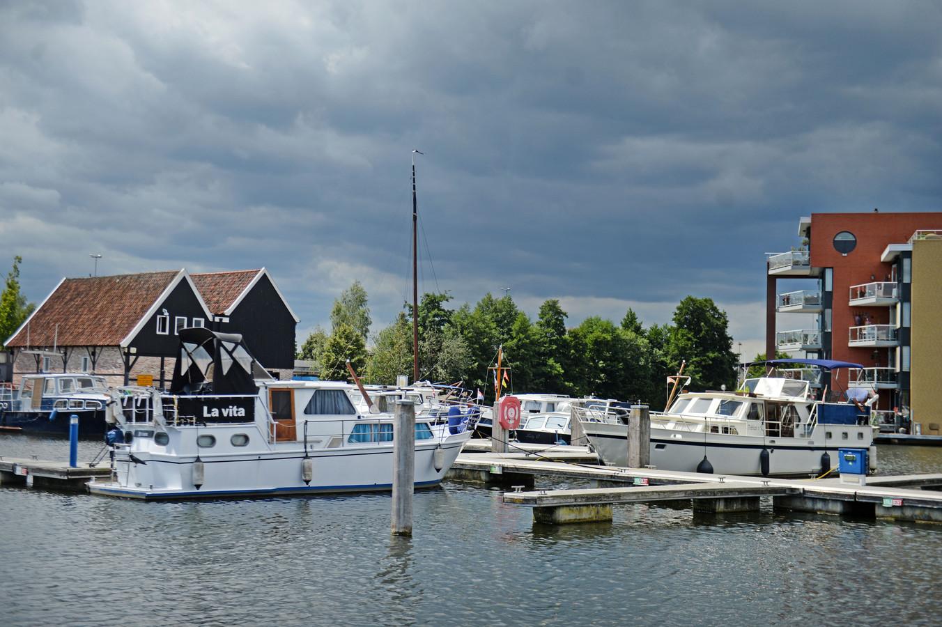 De jachthaven in Almelo. Met links de houtstek. In deze voormalige houtzagerij zijn onder meer sanitaire voorzieningen en is het bureau van de havenmeester ondergebracht.