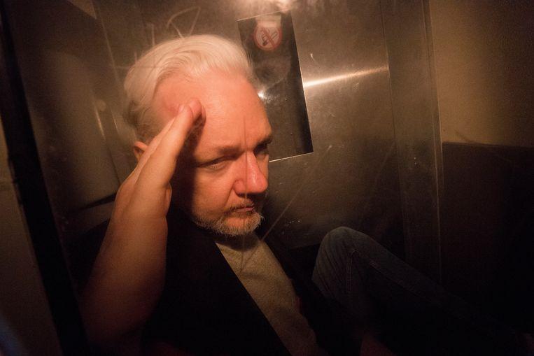 Julian Assange verlaat de rechtbank in Londen. Beeld EPA