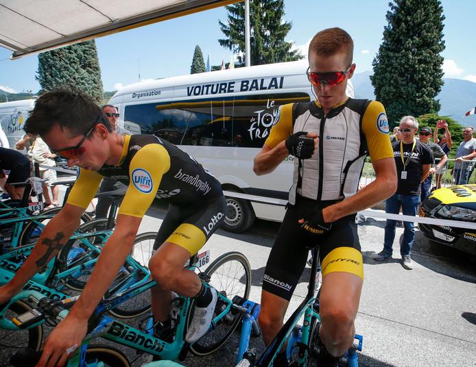 Steven Kruijswijk met een koelvest voor aanvang van de tiende etappe in de Tour de France.
